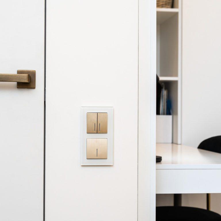 Выключатель двухклавишный проходной с подсветкой (шампань рифленый) W1122110