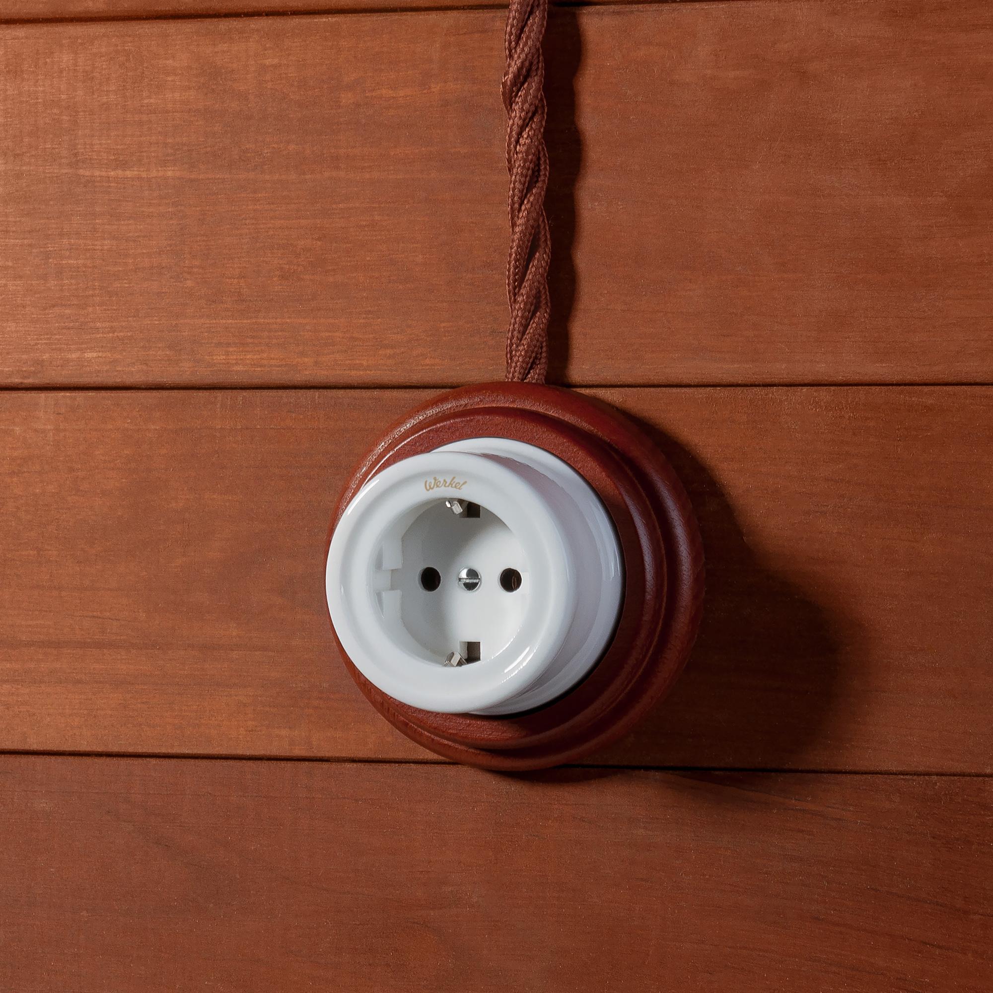 Розетка с заземлением и шторками (белый) Ретро W5671101