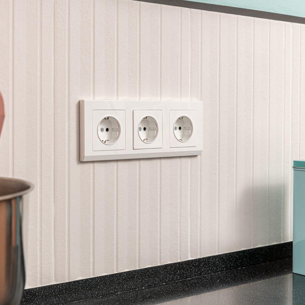 Розетка с заземлением и шторками (белая) W1171101